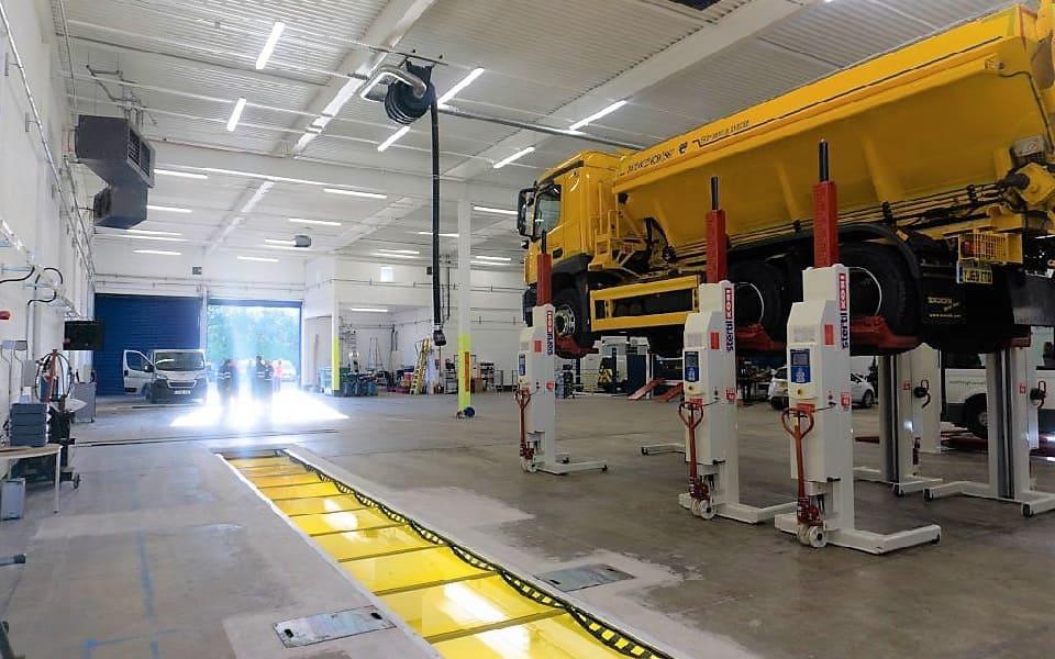 Mobile column lift equipment for garages and workshops